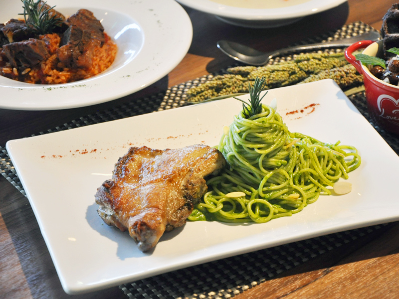台南平價義式餐廳很吸睛 連長頸鹿也來偷嚐食物